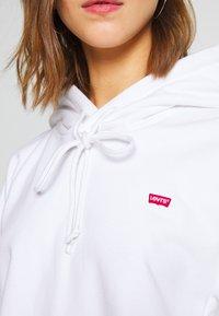Levi's® - HOODIE - Jersey con capucha - white - 5
