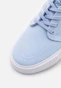 Nike SB - JANOSKI - Trainers - light marine/mystic navy/white/brown - 5