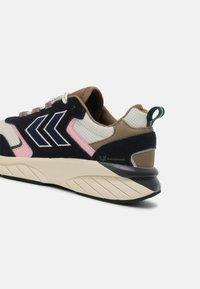 Hummel - MARATHONA REACH LX UNISEX - Sneakers - navy/woodrose - 4