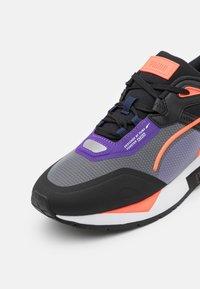 Puma - MIRAGE MOX TECH VEGAN UNISEX - Sneakersy niskie - black/prism violet - 5