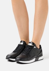 Guess - MOXEA - Trainers - black - 0