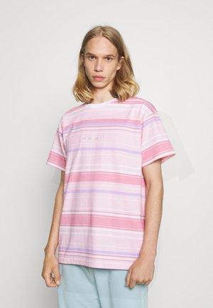 MENNACE UNISEX SUNDAZE  - Print T-shirt - pink