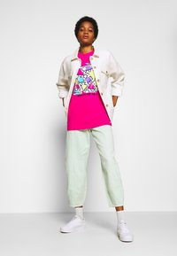 Merchcode - GEOMETRIC RETRO TEE - T-shirts med print - hibiskus pink - 1