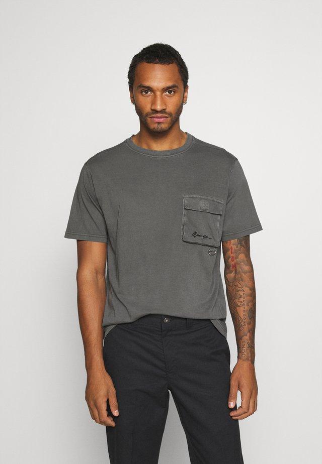UTLITY POCKET OVERLOCK - Basic T-shirt - black
