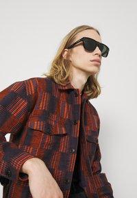 Alexander McQueen - UNISEX - Occhiali da sole - black/grey - 0
