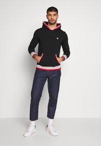 Guess - ALBAN HOODIE  - Bluza z kapturem - jet black - 1