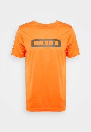 TEE SCRUB - Print T-shirt - riot orange