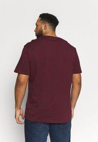 Pier One - 2 PACK - Basic T-shirt - dark blue/bordeaux - 2