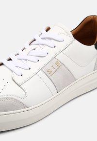 Shoe The Bear - AREN COURT  - Tenisky - white/black - 6