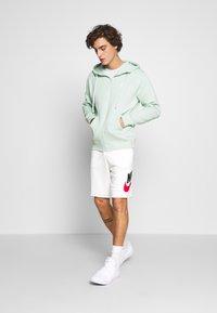Nike Sportswear - M NSW HE FT ALUMNI - Shorts - sail - 1