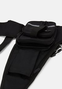 Karl Kani - TAPE UTILITY VEST BAG - Schoudertas - black