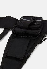 Karl Kani - TAPE UTILITY VEST BAG - Across body bag - black - 2