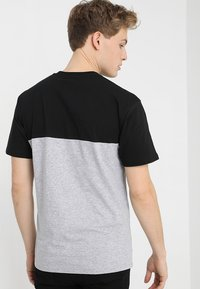 Vans - MN COLORBLOCK TEE - Print T-shirt - black athletic heather - 2