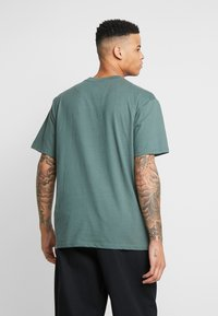 Karl Kani - SIGNATURE TEE - T-Shirt print - green/yellow - 2