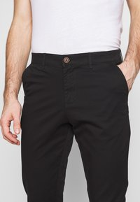 Jack & Jones - JJIMARCO JJDAVE 2 PACK - Pantalones chinos - black/dusty olive - 6