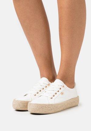 CHEVELIJN - Zapatos con cordones - white