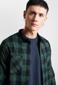 Urban Classics - CHECKED SHIRT - Camicia - black/forest - 3