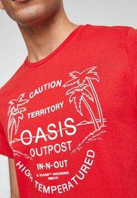 s.Oliver - MIT SCHRIFTPRINT - Print T-shirt - red - 4