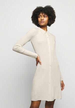 ELAYNA - Stickad klänning - oat