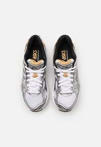 ASICS SportStyle - GEL-KAYANO 14 UNISEX - Joggesko - white/pure gold - 3