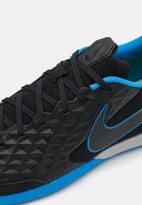 Nike Performance - TIEMPO LEGEND 8 ACADEMY IC - Indoor football boots - black/siren red/light photo blue - 5