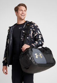 Under Armour - UNDENIABLE DUFFEL 4.0 - Treningsbag - black/metallic gold - 1