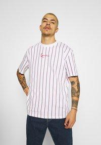 Karl Kani - SMALL SIGNATURE UNISEX  - T-shirt con stampa - white - 0