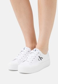 Calvin Klein Jeans - FLATFORM LACEUP - Sneakers basse - bright white - 0