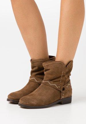 MARGO - Cowboy/biker ankle boot - cognac