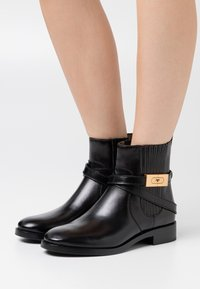 Tory Burch - CHELSEA BOOTIE - Støvletter - perfect black - 0