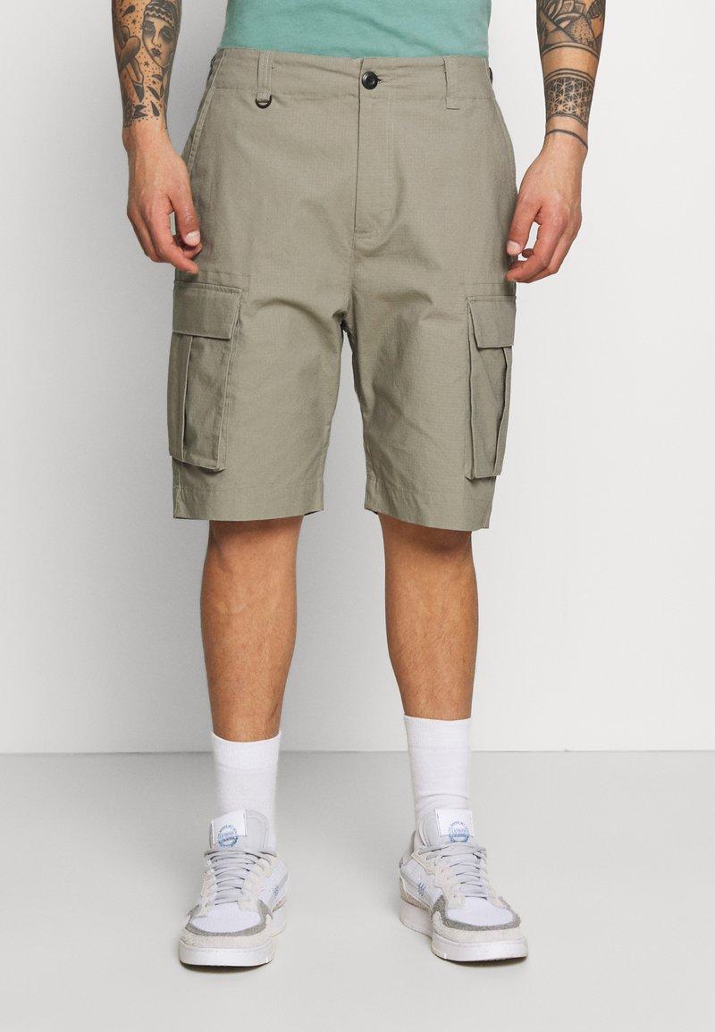 Nike SB - CARGO UNISEX - Shorts - light army