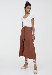 PULL&BEAR - MIT KNÖPFEN  - Maxi skirt - brown - 1