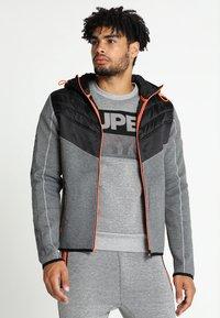 Superdry - GYM TECH CHEVRON HYBRID - Training jacket - urban grey heather - 0