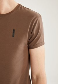 DeFacto Fit - MUSCLE FIT - T-shirt - bas - brown - 4