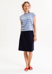 UVR Berlin - TIFFANYINA - Print T-shirt - hellblau mit pastellfarbenen streifen - 1