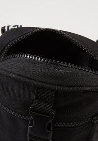 Karl Kani - SIGNATURE TAPE MESSENGER BAG - Torba na ramię - black/white - 4
