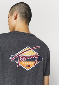 Tommy Jeans - BACK SHAPE GRAPHIC TEE - T-shirts print - black - 4