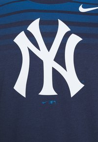 Nike Performance - MLB NEW YORK YANKEES STRIPE TEE - Klubové oblečení - midnight navy