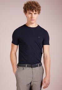Emporio Armani - Basic T-shirt - blu scuro - 0