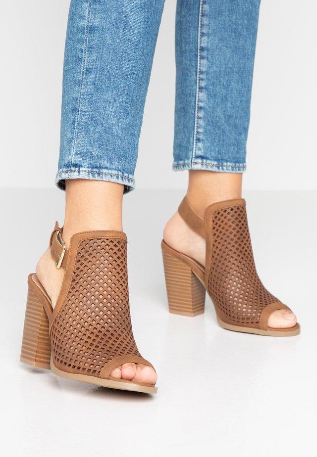 TRIAC VEGAN - Højhælede sandaletter / Højhælede sandaler - cognac