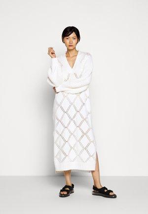 FOSSVEIEN DRESS - Pletené šaty - ecru