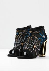 Kat Maconie - GILLI - Kotníková obuv na vysokém podpatku - black/multicolor - 4