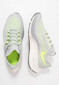 Nike Performance - AIR ZOOM PEGASUS 37 UNISEX - Chaussures de running neutres - grey fog/volt/smoke grey/sail - 1
