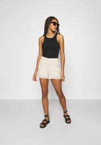 Vero Moda - VMHONEY - Shorts - sandshell - 1