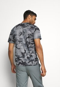 Nike Performance - DRY TEE - Print T-shirt - smoke grey/grey fog - 2