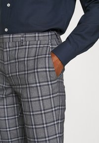 Burton Menswear London - GREY NAVY TARTAN TROUSERS - Kostymbyxor - grey - 4