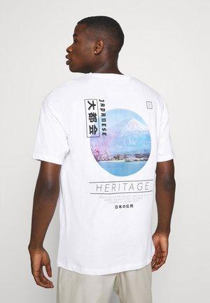 JORTOK TEE CREW NECK - Print T-shirt - white