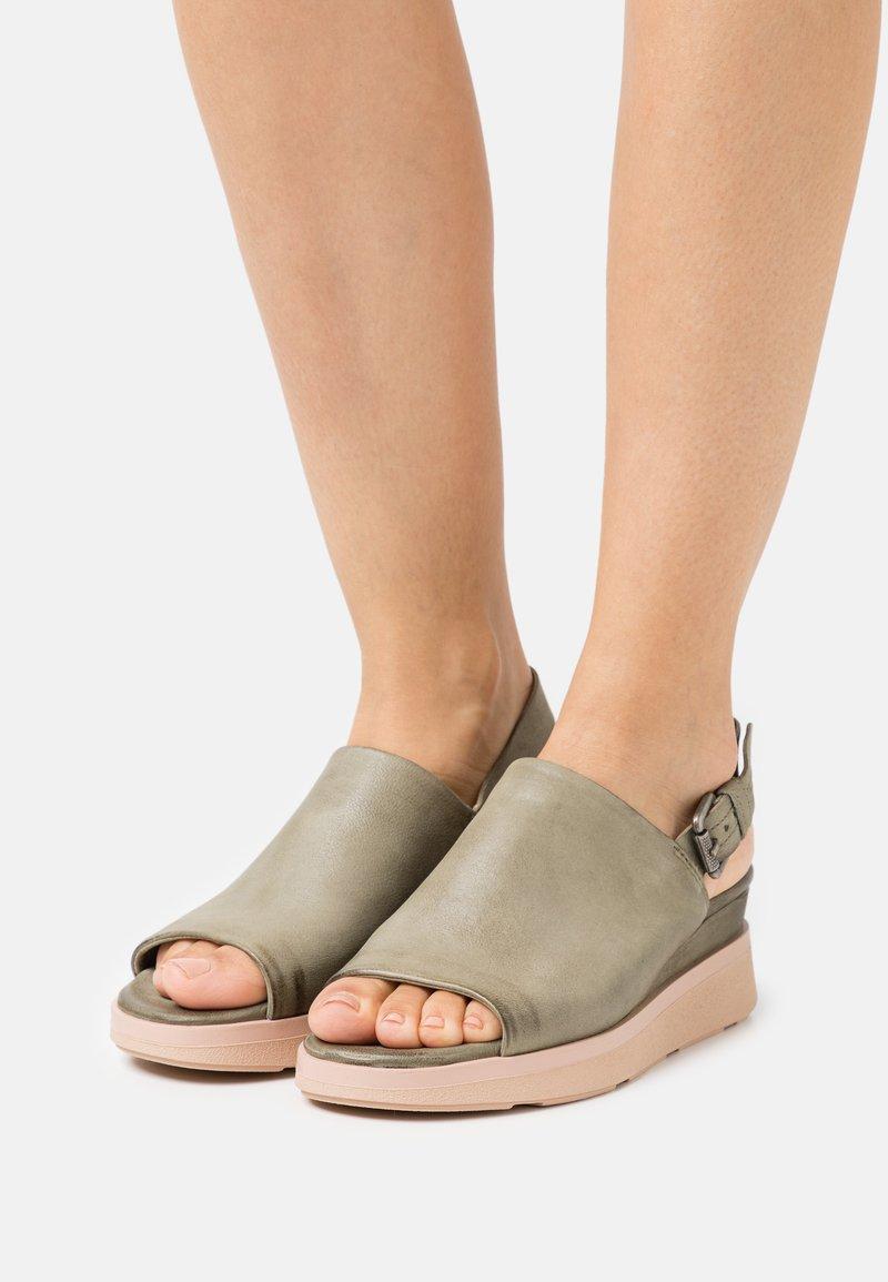 MJUS - PLATIUAN - Sandály na platformě - uniform