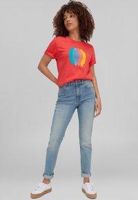 O'Neill - SURFBOARD - Print T-shirt - cayenne coral - 0