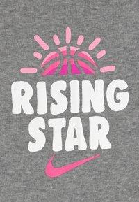 Nike Sportswear - RISING STAR HAT BODYSUIT BOOTIE SET - Berretto - grey heather - 3